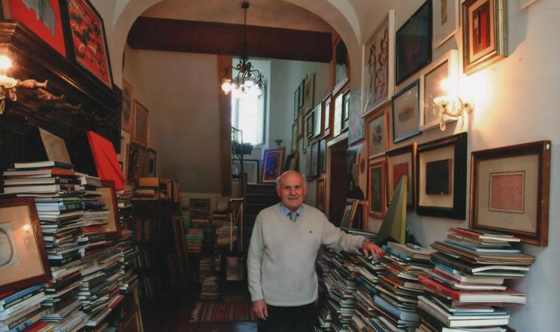Carlo Pepi nella sua casa museo, tra alcune delle opere raccolte nella sua collezione